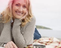 Foto di un donna di mezza età che sta sorridendo.