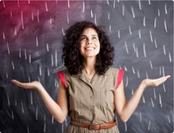 Foto di una giovane donna in piedi davanti a una lavagna.
