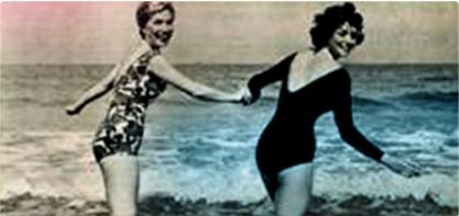 Foto di due donne in costume da bagno che si tengono per mano. L'immagine è vecchio stile e illustra la rivoluzione femminile.