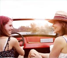 Foto di una donna giovane e di una più anziana sedute in macchina. L'immagine illustra l'importanza di parlare e di avere una buona comunicazione con la propria figlia.